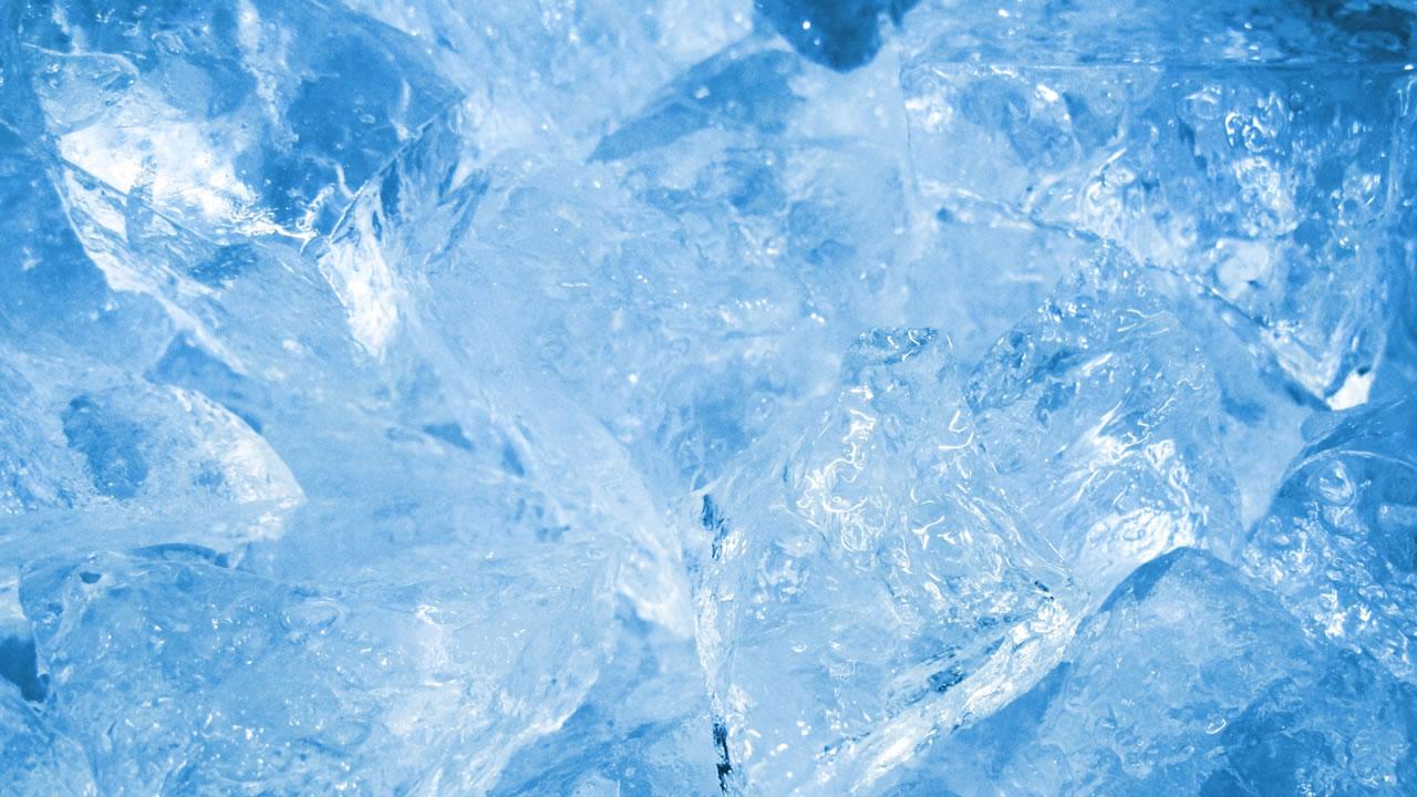 ミネラルウォーターで氷は作ってはいけない